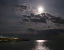 Лунная дорожка / теплый летний вечер на берегу Черного черного моря