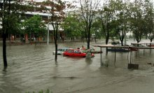 Наводнение в Минске / ул куйбышева, комаровка   Если вы пошли на рынок, а на улице сильный дождь, то ваша машина может уплыть с платной стоянки.  Интересно несут ли ответсвенность держатели платной стоянки за утонувшие машины?