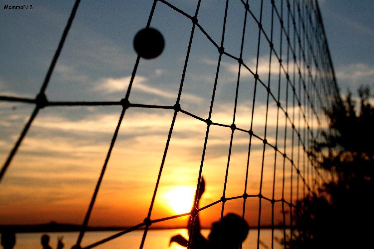 Пляжный волейбол закат и спорт