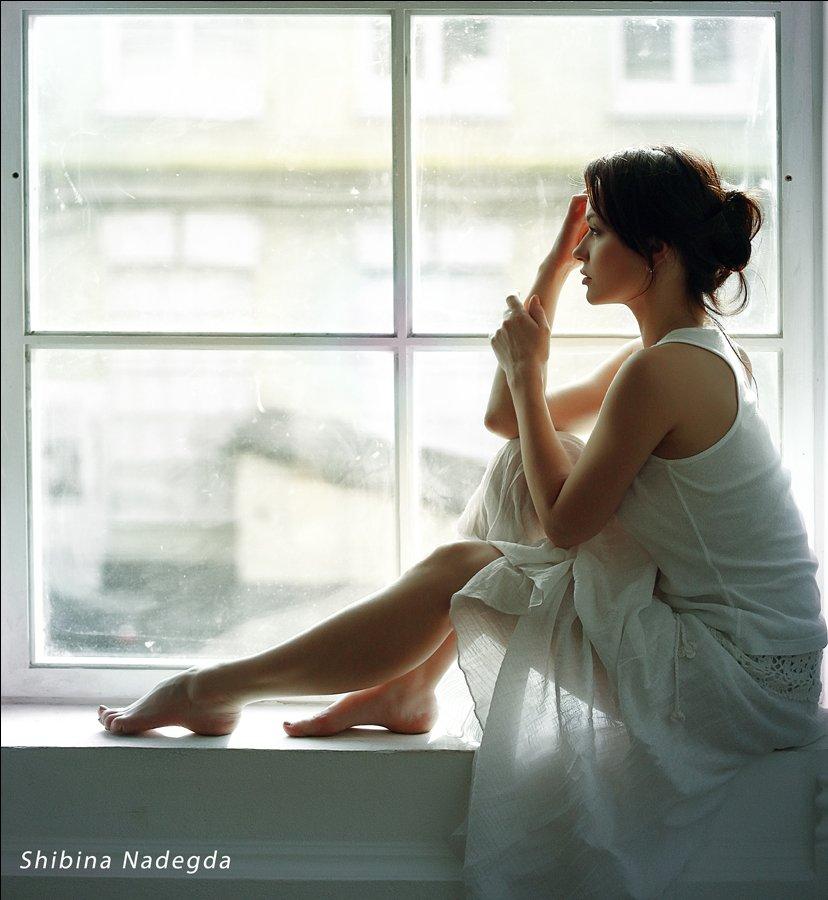 Фото красивых девушек у окна